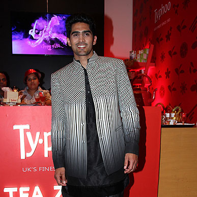 Its game on at the Typhoo Tea Zone - Olympian Vijendar Singh is soooo stylish! We'r boxed in!